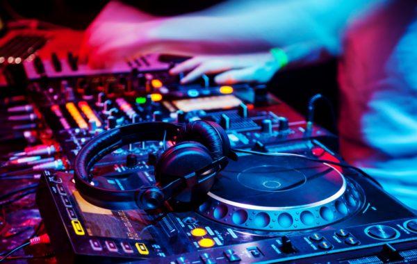 Muziek tijdens uw feest of magic bowlen bij de Deventer Buitensociëteit & Bowling