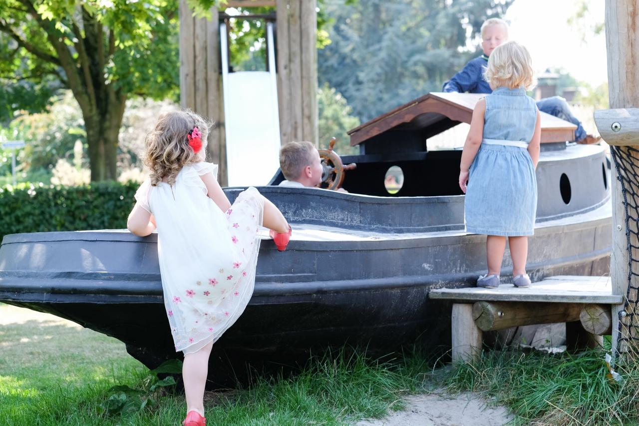 Kinderen vermaken zich ook op de trouwlocatie Buitensociëteit & Bowling in Deventer